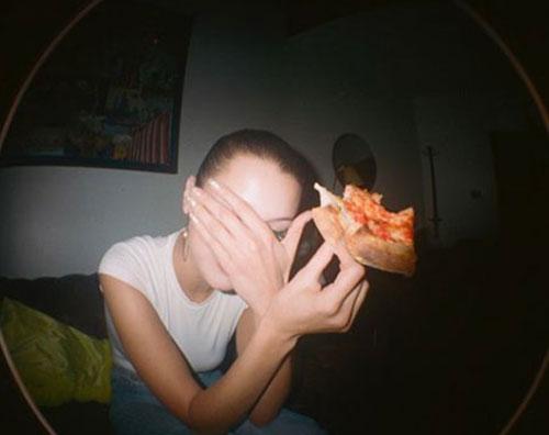 Bella Hadid 1 Bella Hadid, anche le modelle mangiano la pizza