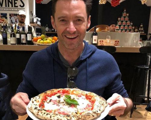 Hugh Jackman 1 Hugh Jackman arriva a Parigi e mangia pizza