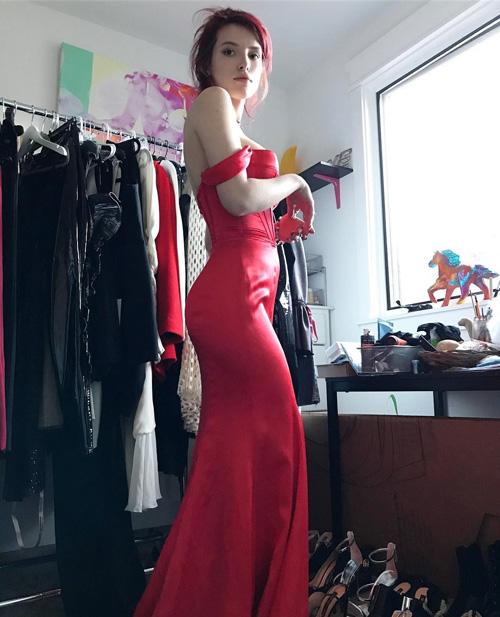 Bella Thorne Bella Thorne, l'abito rosso fa impazzire i fan