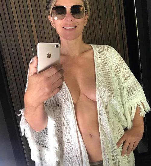 Elizabeth Hurley Elizabeth Hurley in topless su Instagram