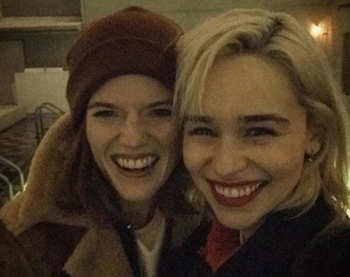 Emilia Clarke 1 Emilia Clarke e Rose Leslie, due amiche a New York