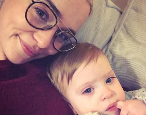 Emilia Clarke Emilia Clarke coccola il suo figlioccio su Instagram