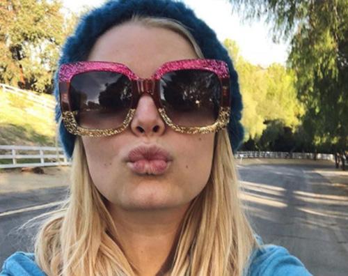 Jessica Simpson Jessica Simpson, un bacio ai fan durante la passeggiata