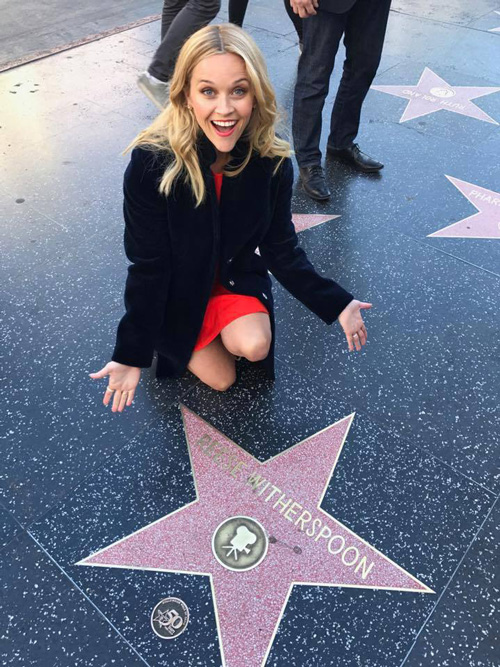 Reese Witherspoon Reese Witherspoon posa accanto alla sua stella sulla Walk of Fame