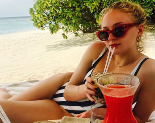 Sophie Turner 1 Sophie Turner si rilassa sotto il sole delle Maldive
