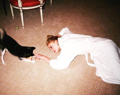 Sophie Turner Sophie Turner gioca col suo bambino