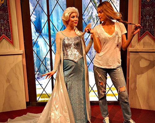 Blake Lively Blake Lively copia l'acconciatura della principessa Elsa