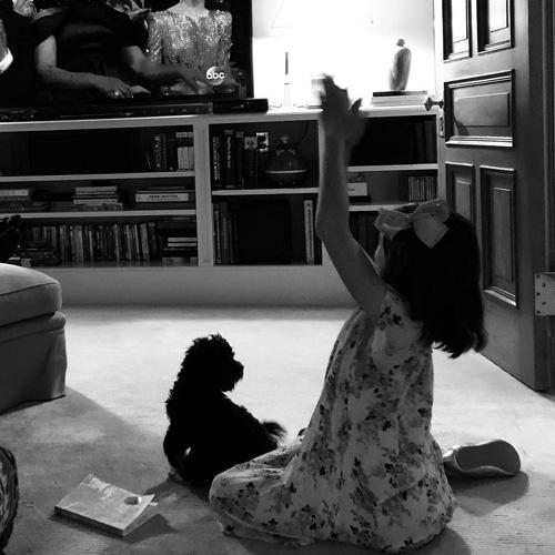 Katie Holmes Suri Cruise Katie Holmes e Suri Cruise guardano gli Oscar da casa
