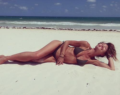 Rebecca Gayheart Rebecca Gayeheart si gode il mare dopo il divorzio