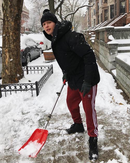 ansel elgort Ansel Elgort sotto la neve di Brooklyn