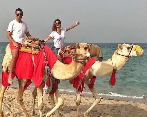 Gisele Gisele e Tom Brady sulla spiaggia con i cammelli