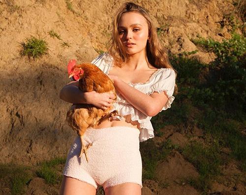 Lily Rose Depp 2 Lily Rose Depp, stilosa anche con una gallina in braccio