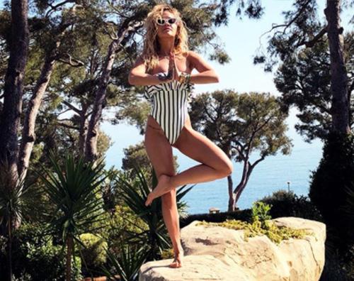 Rita Ora 2 Rita Ora stilosa anche in piscina