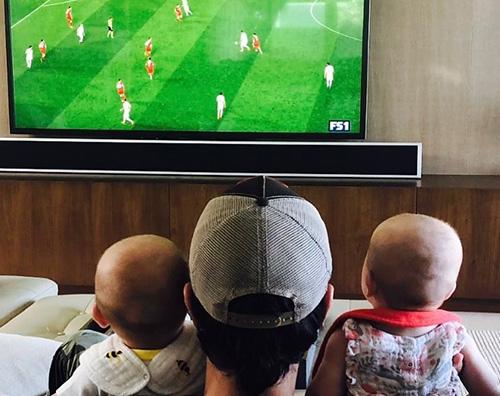 enrique iglesias Enrique Iglesias guarda la partita con i gemelli