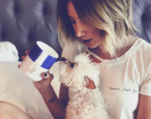 Ashley Tisdale Ashley Tisdale divide il caffè col suo cagnolino