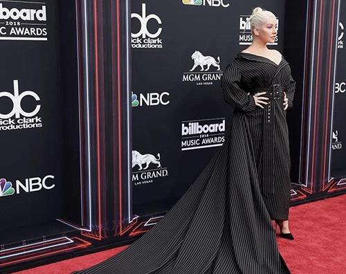 Christina Aguilera Christina Aguilera, abito gessato per i Billboard