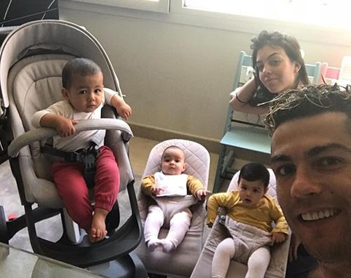 Cristiano Ronaldo Cristiano Ronaldo, buongiorno in famiglia