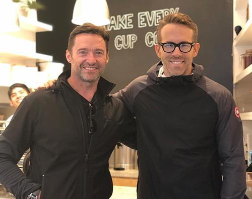 Hugh Ryan Hugh Jackman e Ryan Reynolds si incontrano al bar