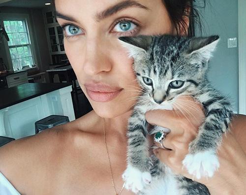 Irina Shayk 1 Irina Shayk, selfie col gatto