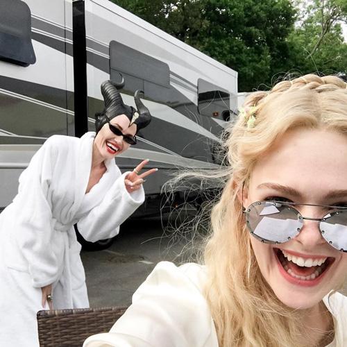 "angelina elle 2 Angelina Jolie ed Elle Fanning si divertono sul set di ""Meleficent 2"""