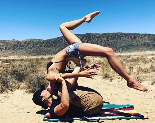 Ian Nikki Ian Somerhalder e Nikki Reed, bacio acrobatico nel deserto