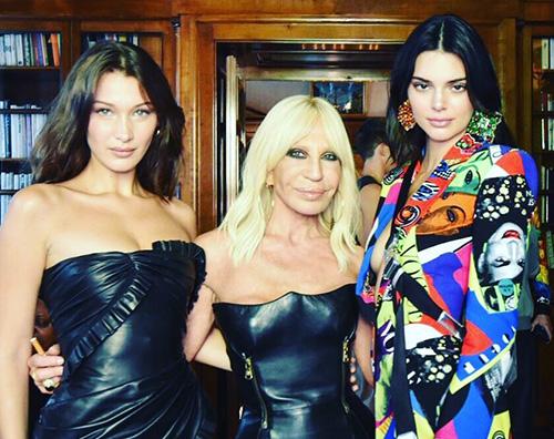 Kendall Bella 2 Bella Hadid e Kendall Jenner incantano sulla passerella di Versace