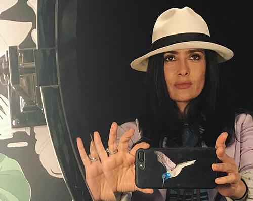 Salma Hayek Salma Hayek si fa un selfie