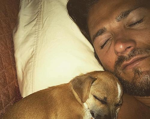 Scott Eastwood Scott Eastwood dorme col suo nuovo cuccioli