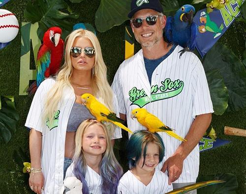 Jessica Simpson 2 Jessica Simpson, pappagalli veri al party di Ace Knute