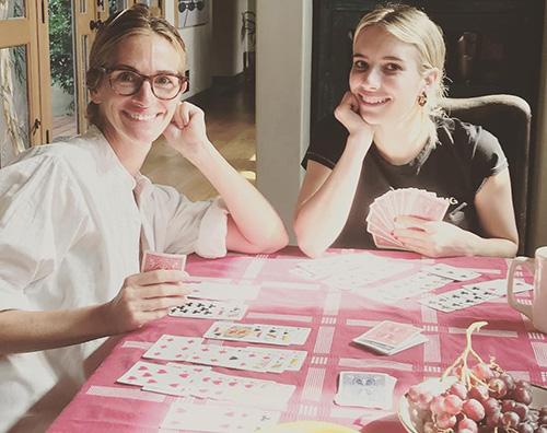 Julia Roberts e sua nipote Emma Julia Roberts e sua nipote Emma giocano a carte