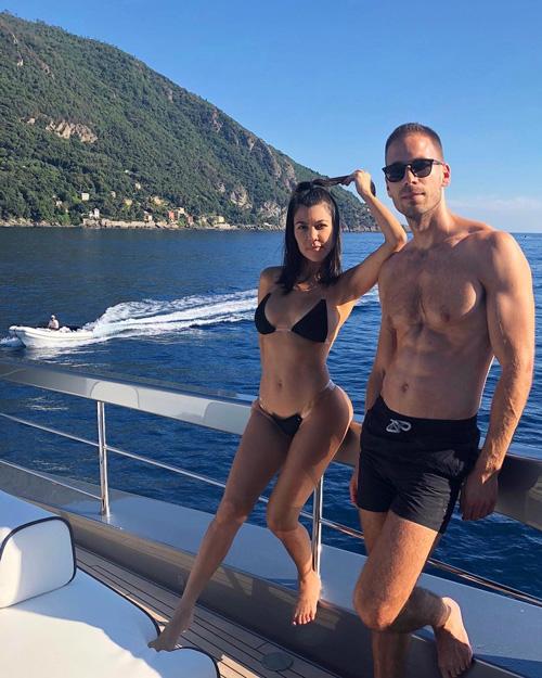 Kourtney Kardashian 1 Kourtney Kardashian, fisico al top in Italia