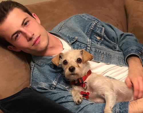 Dylan Minnette Dylan Minnette gioca col cane di Brandon Flynn