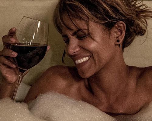 Halle Berry Halle Berry, relax nella vasca da bagno