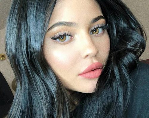 Kylie Jenner cover Kylie Jenner mostra il fisico su Instagram