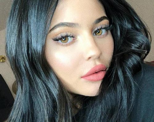 Kylie Jenner cover Kylie Jenner ci ripensa e ritorna ai filler per le labbra