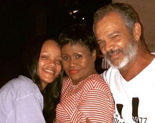 Rihanna Rihanna senza trucco nella foto con i genitori