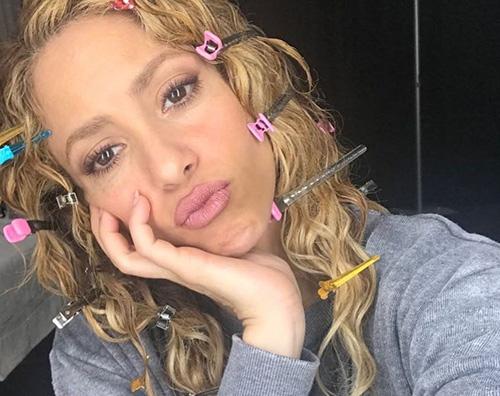 Shakira Shakira, duckface e forcine tra i capelli