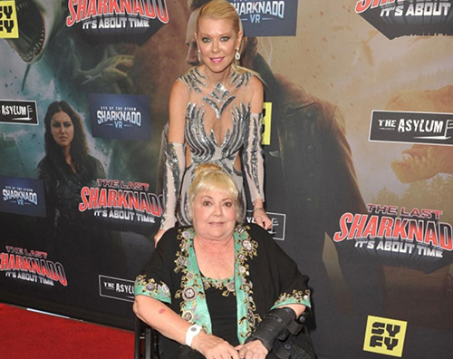 "Tara Reid Tara Reid alla premiere di ""Sharknado"" con sua madre"