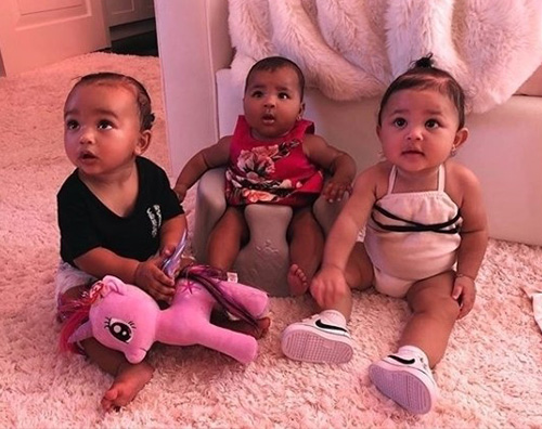 Kids Kardashian Jenner True Thompson criticata in rete per la sua pelle scura