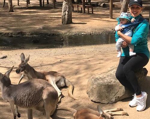 eva Eva Longoria coccola un koala in Australia