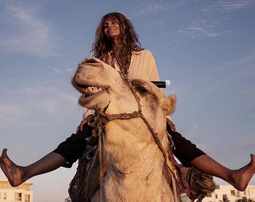 Halle Berry 2 Halle Berry cavalca un cammello in Marocco