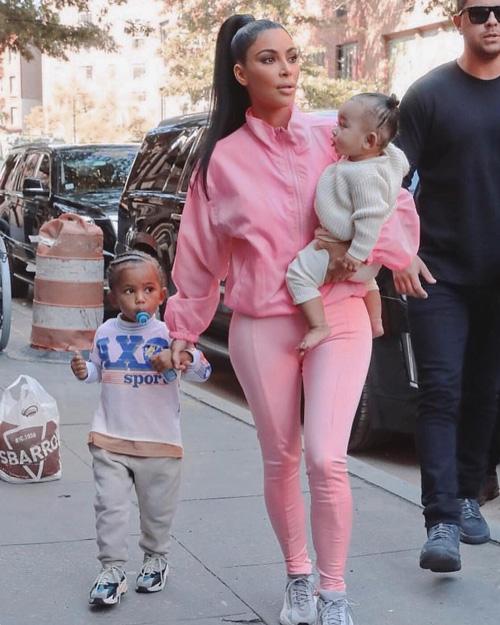 Kim Kardashian 1 Kim Kardashian è una Pantera Rosa con Saint e Chicago