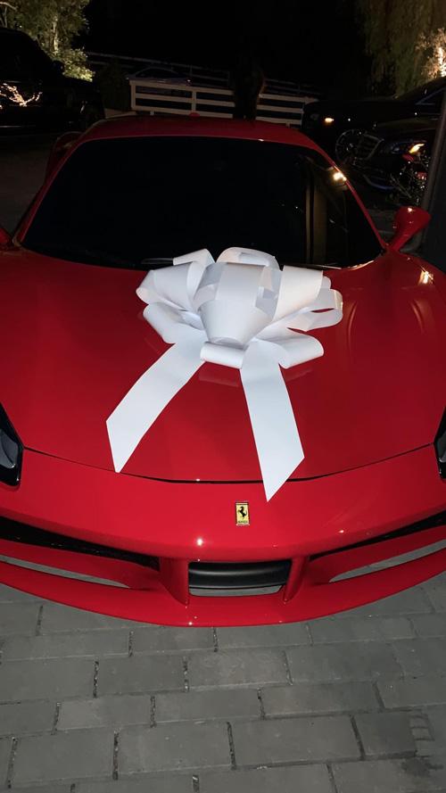 Kris Jenner 1 Kylie Jenner ha regalato una Ferrari a mamma Kris