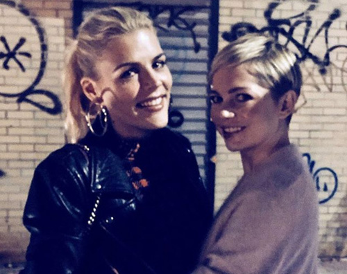 Michelle Williams Busy Phillips Michelle Williams supporta Busy Philipps a Brooklyn