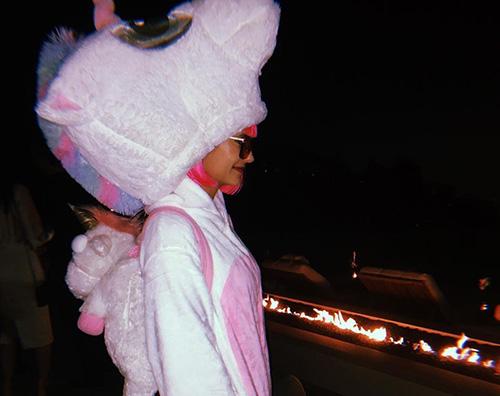 Nina 2 Nina Dobrev è un unicorno per Halloween