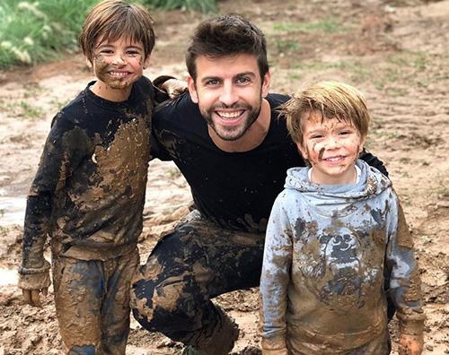 Pique Gerard Piquè gioca nel fango con i suoi figli