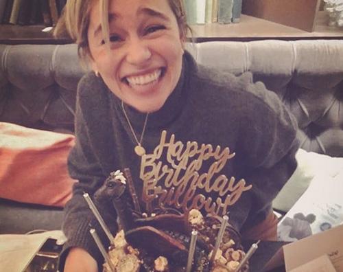 emilia Clarke Emilia Clarke festeggia il compleanno con una torta al cioccolato