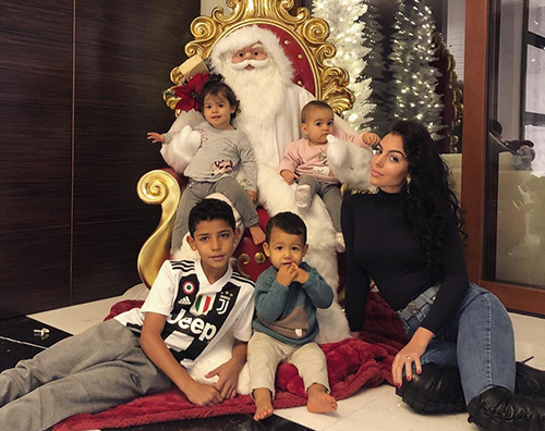 Natale solidale in casa Cristiano Ronaldo CR7, Georgina fa spese da Adisco