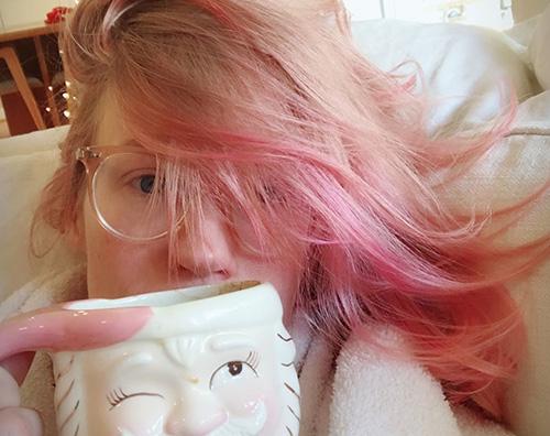 January Jones January Jones si è fatta i capelli rosa per Natale