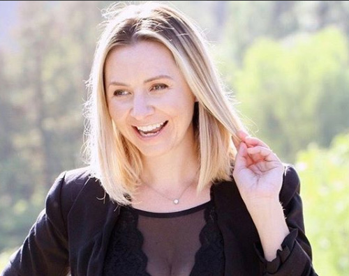 beverley mitchell Beverley Mitchell mostra il pancino sui social